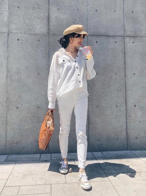 白オープンカラーシャツ×スキニーパンツ×スニーカー