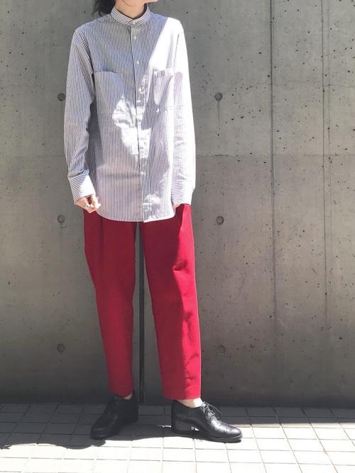 ノーカラーシャツ×赤パンツ