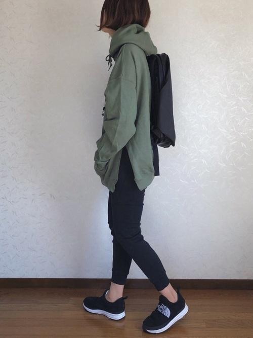 緑パーカー×黒ジョガーパンツ×黒リュック