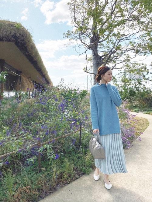 白パンプス×青プリーツスカートの春コーデ