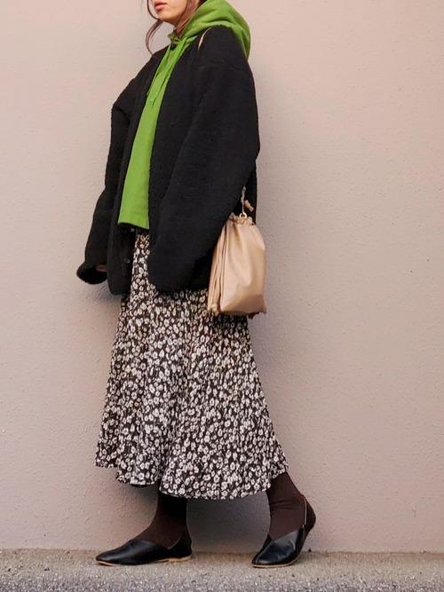 緑パーカー×黒カーデ×小花柄スカート