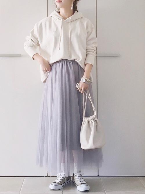白パーカー×グレーチュールスカートの春コーデ