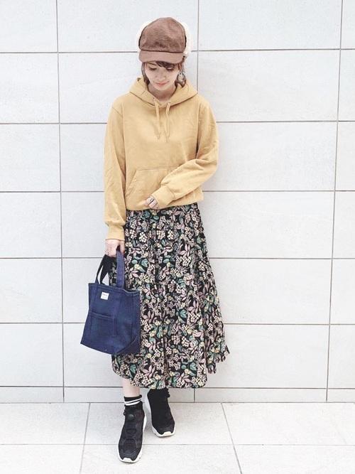 黄色パーカー×花柄スカート