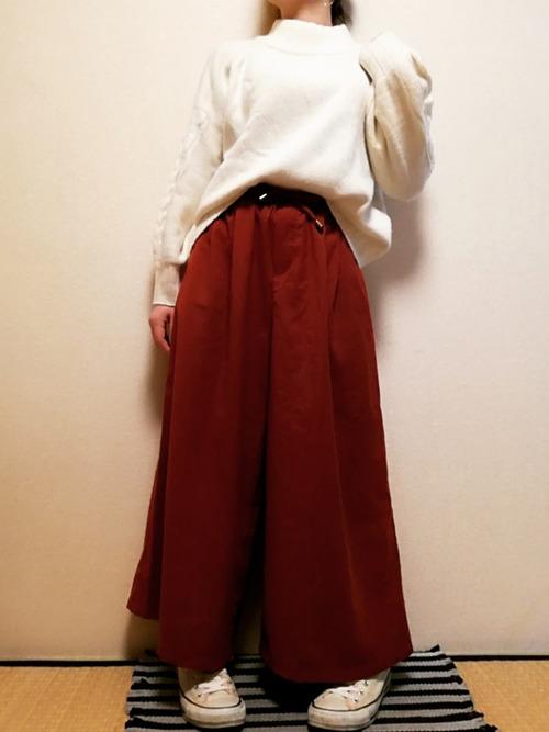 モックネックセーター×赤パンツ