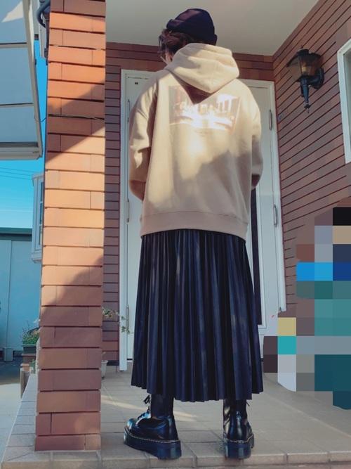 ビッグパーカー×プリーツスカート×厚底ブーツ