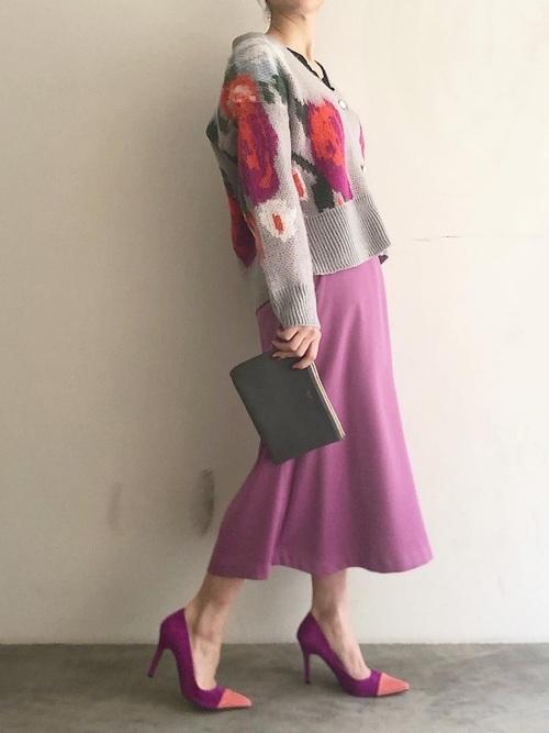 ピンクスカート×柄カーディガンの40代春コーデ