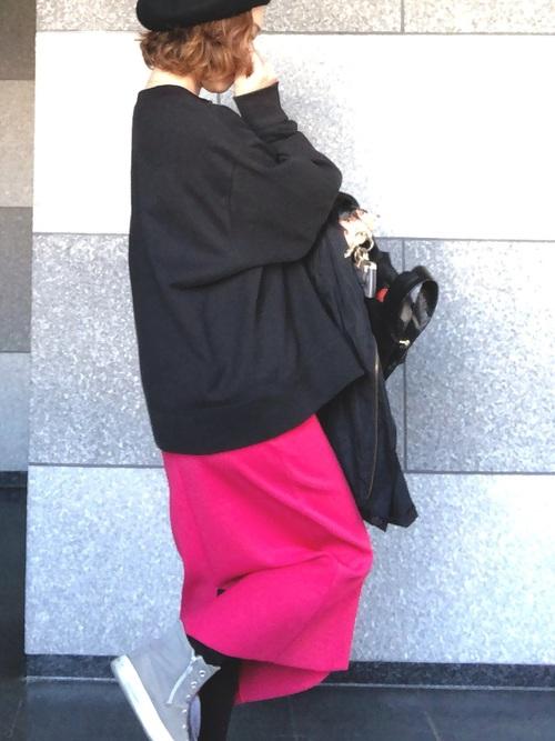 ピンクスカート×黒カットソーの40代春コーデ