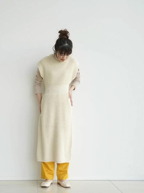 白パンプス×黄色パンツの大人春コーデ