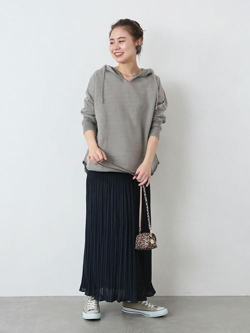 グレーパーカー×黒スカートの春コーデ