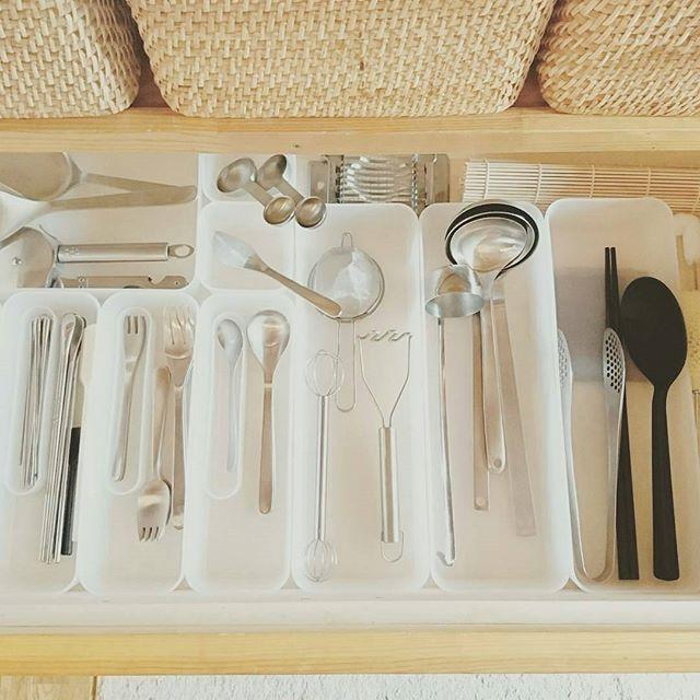 台所用品とカトラリーを一緒に整頓