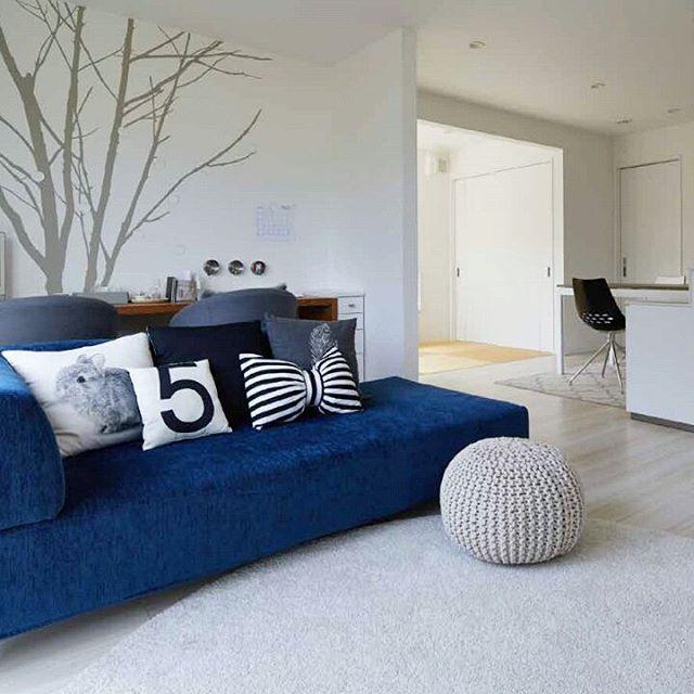 ブルーのソファが主役のコーディネート