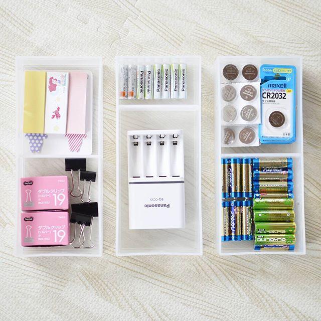 引出式の小物入れに電池や文房具を収納