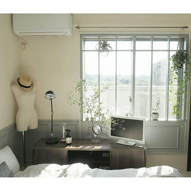 ベッドルームの窓辺はものを少なめに