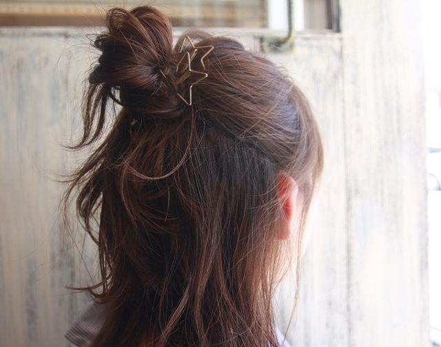 後れ毛がポイントのお団子ヘアスタイル
