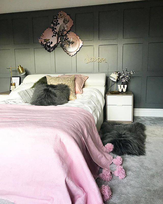 モノトーンの寝室《差し色を使ったインテリア》3