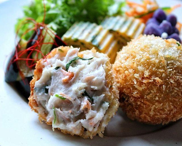 夕食のメニューに鮭とクリームチーズの里芋コロッケ