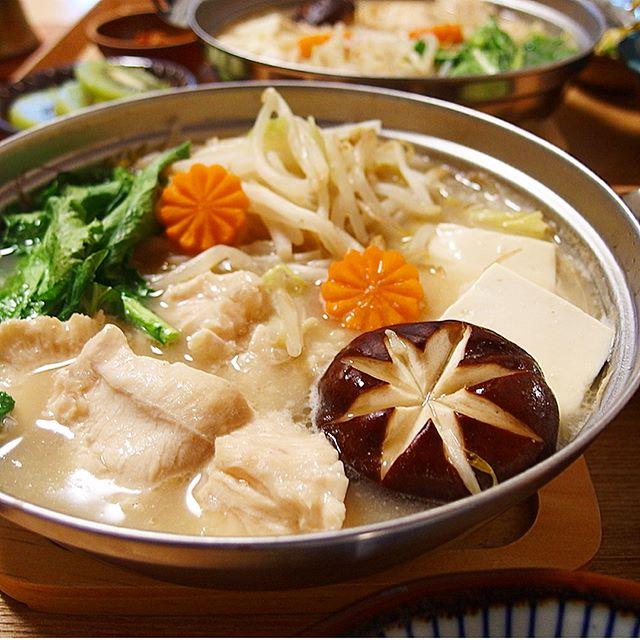温かい夕飯のおかずに!鶏むね肉ともやしの白湯鍋