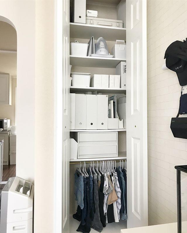 玄関棚を使う衣類のハンギングアイデア