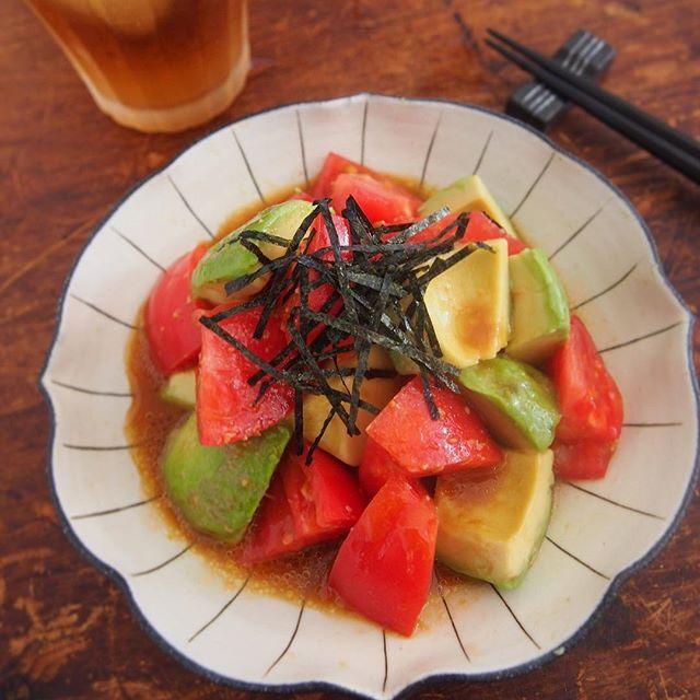 お好み焼き料理にアボカドとトマトの和サラダ
