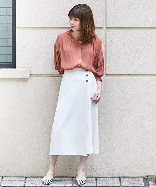 白ラップスカート×オレンジトップスコーデ