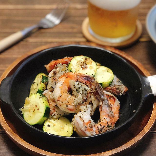 夕食レシピにエビとズッキーニのガーリックオニオン