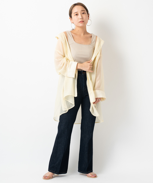 透けビックシャツ×デニムフレアパンツ