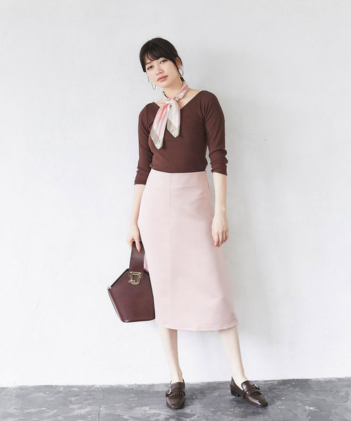 ピンクセミフレアスカートの40代春コーデ