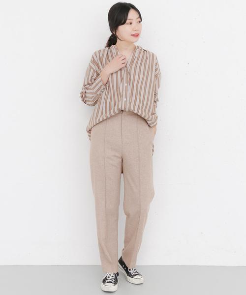 素材で大人感を演出したレディーススタイルです。ベージュのワイドパンツはツイード素材。ツイードはコーデに取り入れるだけで品がでますので大人女性におすすめですよ。きれいめにまとめるのも良いですが、ゆったりとした同系色のシャツを合わせてこなれ感を出すと今っぽい仕上がりになりますね。足元にはスニーカーをチョイスすれば大人のカジュアルスタイルの出きあがり。