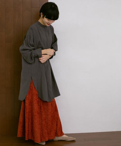 ダークグレーチュニック×赤スカートの春コーデ