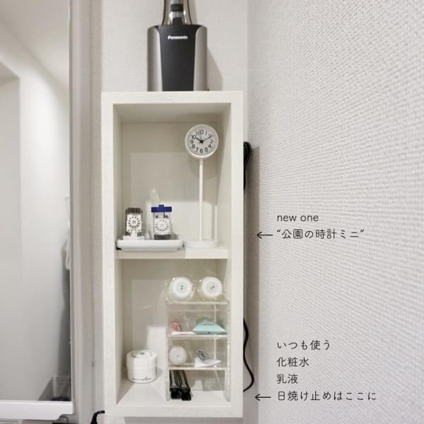 壁に付けられる家具に置いた白い公園の時計
