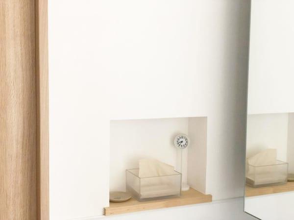 洗面所のニッチの中に置いた白い公園の時計