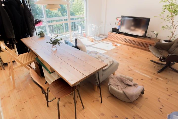 テーブルを背にしてソファを配置したインテリア