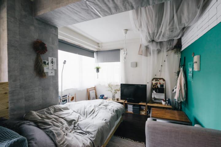 一人掛けタイプをベッドと並行に設置した空間