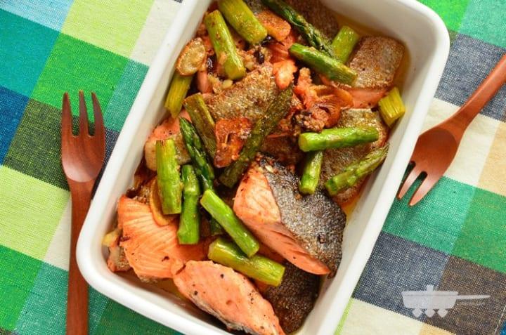 お弁当に鮭とアスパラのアーリオ・オーリオ風