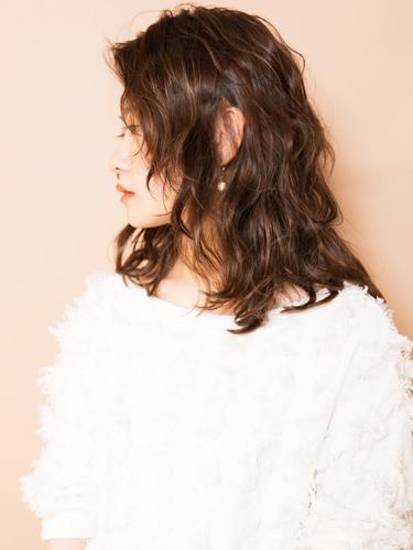 50代に似合うセミロング×パーマの髪型4