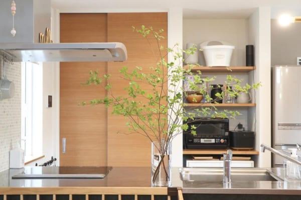 オープンキッチンはグリーンで目隠しを