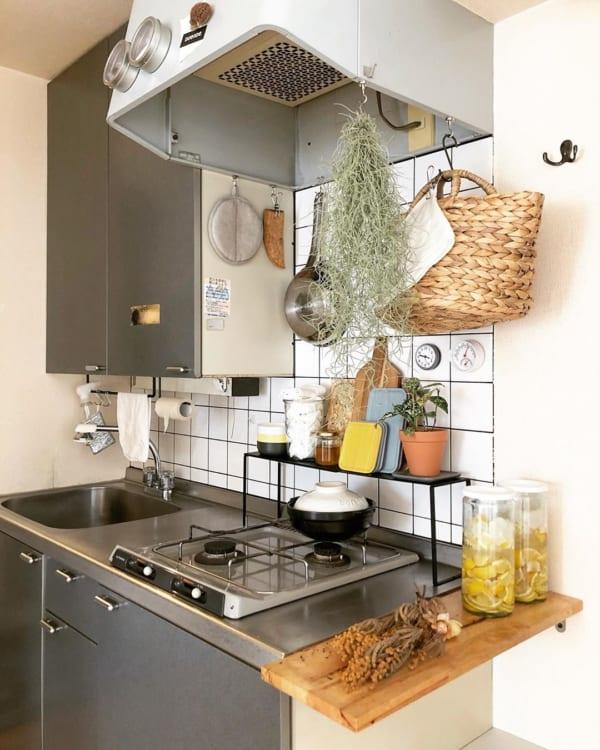 コンロ奥+キッチンサイドに棚を作るアイデア