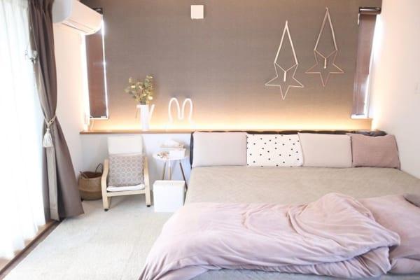 ダウンライトの優しい光が心地よいベッドルーム