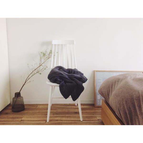 白い椅子が寝室のアクセントに