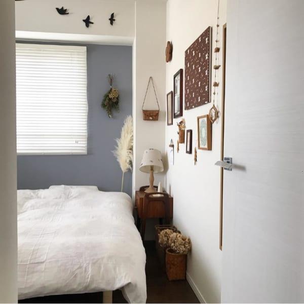 ウォールデコレーションがおしゃれな寝室