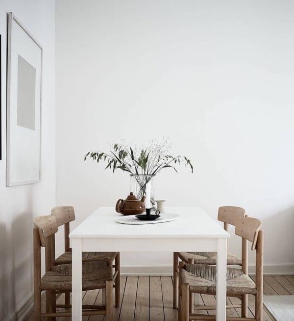白いダイニングテーブル