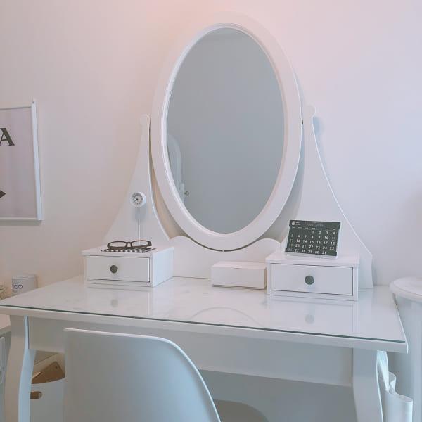 IKEAのドレッサーに置いた白い公園の時計