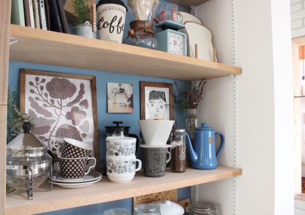 キッチンの飾り棚に遊び心をプラス