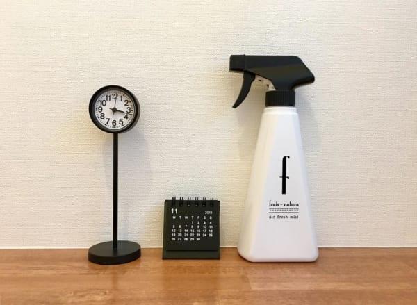 黒いミニカレンダーと並べた黒い公園の時計