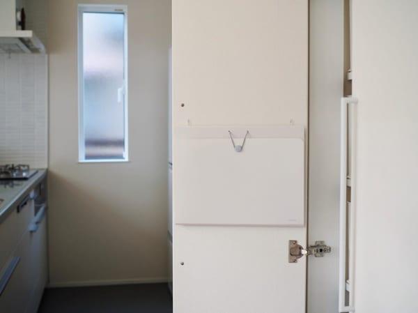 キッチンの収納扉に子供の書類を収納