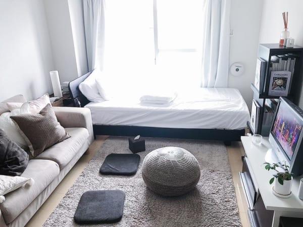 大きい家具を壁や窓際に置いたレイアウト