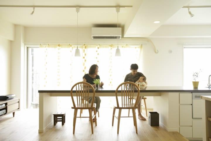 食事とお酒と景観を楽しむ、窓と並行する4.5mのカウンター。2
