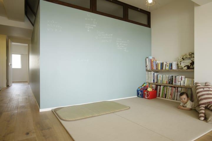 ブルーグレーの黒板塗料の壁が、ゲストのメッセージボードに。