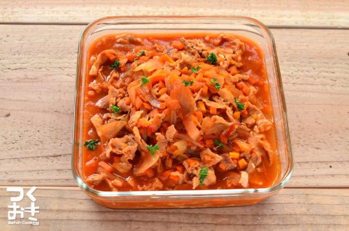 簡単な夕食に豚肉と玉ねぎのデミグラスソース煮込み