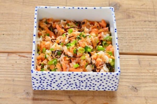 酢豚の献立の付け合わせに!鮭と昆布の混ぜご飯